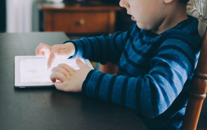 Apesar de ser ruim para qualquer pessoa, o vício em tecnologia é extremamente prejudicial às crianças, pois elas não sabem o momento de parar