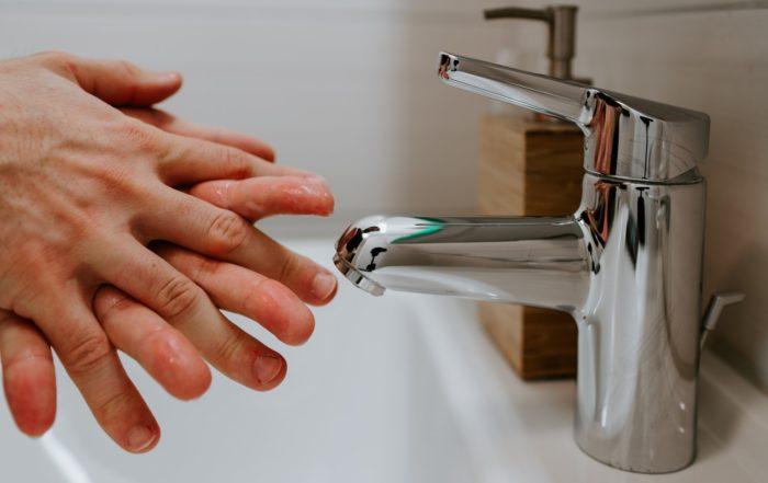 A higienização frequente das mãos com água e sabão ou álcool gel é só uma das medidas preventivas para evitar o avanço do coronavírus, COVID-19, no país