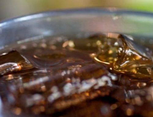 Consumo regular de refrigerantes aumenta em 40% o risco de homens desenvolverem câncer de próstata