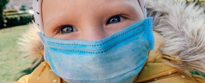 Alguns produtos usados para higienizar as máscaras contêm substâncias que podem causar alergias de pele em pessoas mais sensíveis